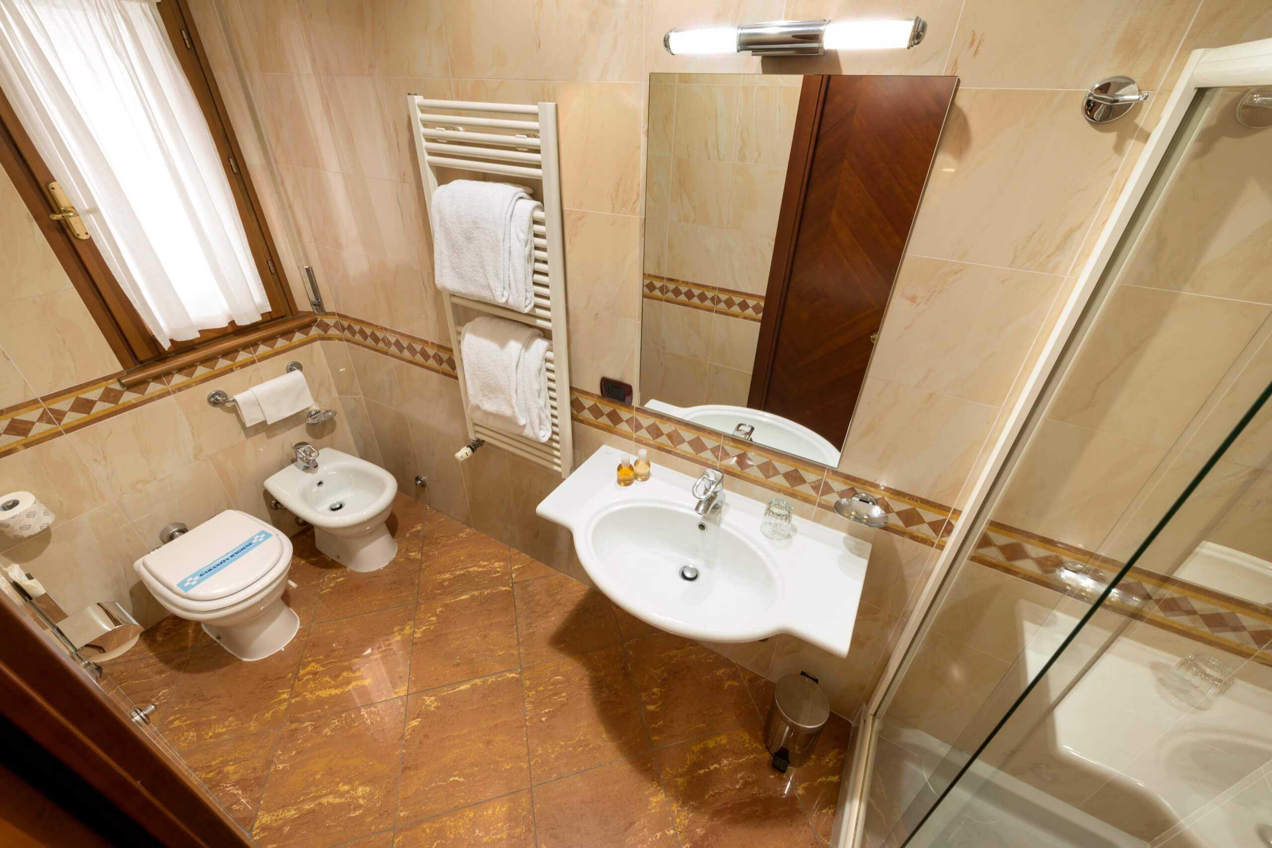 Una Vasca Da Bagno Traduzione Francese : Stanza da bagno alla francese camere economy con letto alla